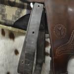Satulaa riisuessa: Vyön avaamisen jälkeen, laita hihna roikkumaan satulan lenkistä kaksinkerroin.
